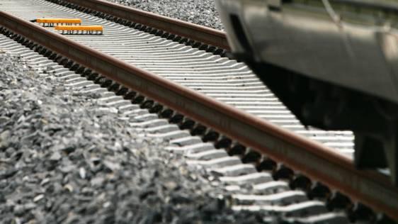 Ein Zug fuhr über die Betonplatten, der nachfolgende konnte anhalten. (Symbolbild)