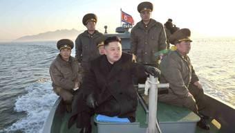 Nordkoreas Machthaber Kim Jong Un (Mitte) auf hoher See (Archiv)