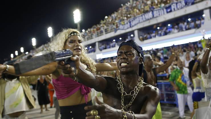 Diesjährige Sambaschulen-Parade in Rio ganz im Zeichen des Protests: Tänzer der Formation Beija Flor stellen eine Gewaltszene nach.