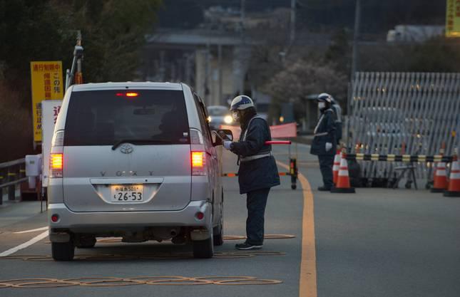 Sicherheitskräfte kontrollieren, wer in die 20-Kilometer-Zone einfährt.