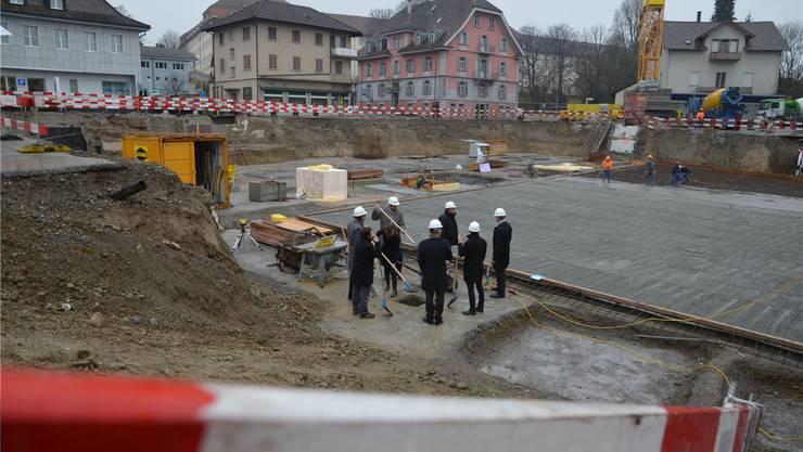 Ins Fundament der neuen Überbauung wurde eine Dokumentenbox einbetoniert; im Sommer 2015 sind die Wohnungen bezugsbereit. ES