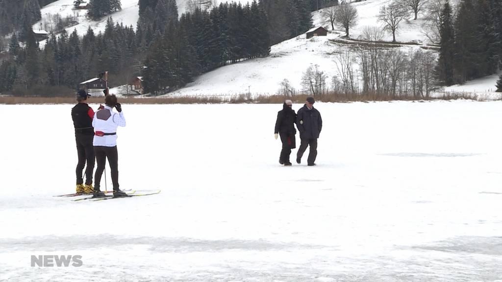 Schwarzsee FR: Eisgänger trotz Verbot auf zugefrorenem See