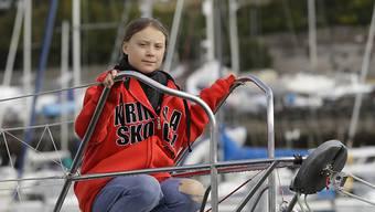 """Greta Thunberg posiert in Plymouth vor der Abfahrt auf der Hochseejacht """"Malizia II""""."""