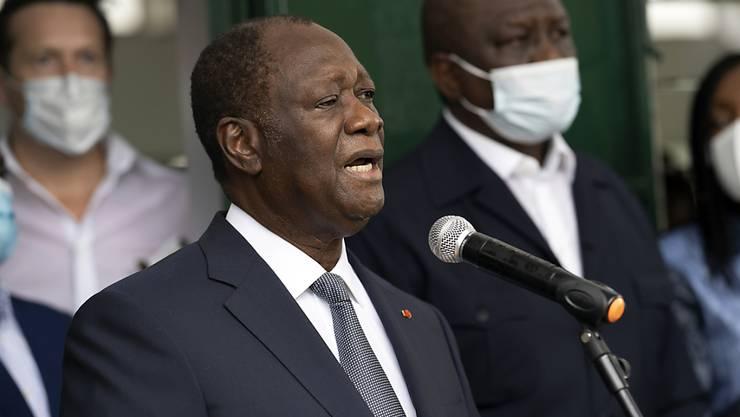 Präsident Alassane Ouattara nach seiner Stimmabgabe in einem Wahllokal in Abidjan. Foto: Leo Correa/AP/dpa