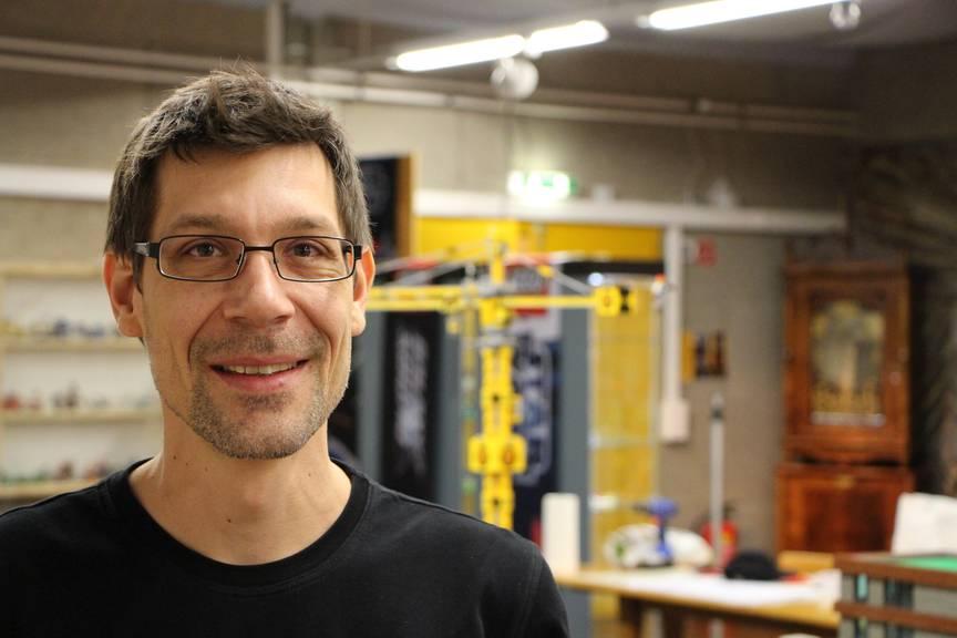 Simon Künzer vom Schweizer Lego-Verein «SwissLUG» leitet das ganze Projekt. (Bild: FM1Today/Noémie Bont)