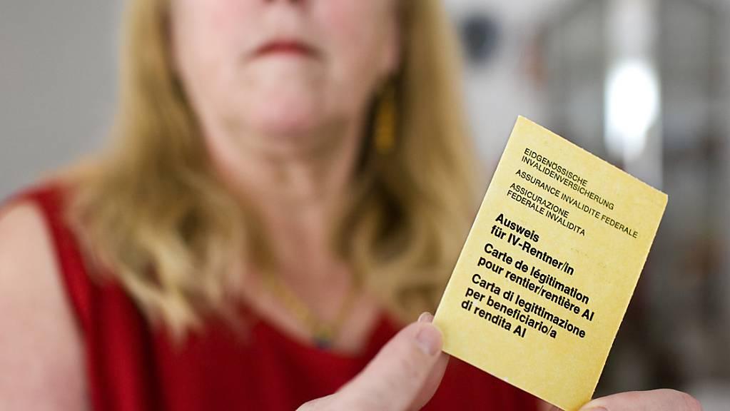 Die IV hat schon mehrere Reformen hinter sich. Aktuell stehen erneut Änderungen zur Debatte - darunter ein stufenloses Rentensystem. Im Bild eine Fibromyalgie-Patientin mit ihrem IV-Ausweis.  (Symbolbild)