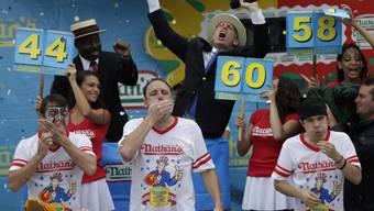 Joey Chestnut (Mitte) isst sich zum Sieg