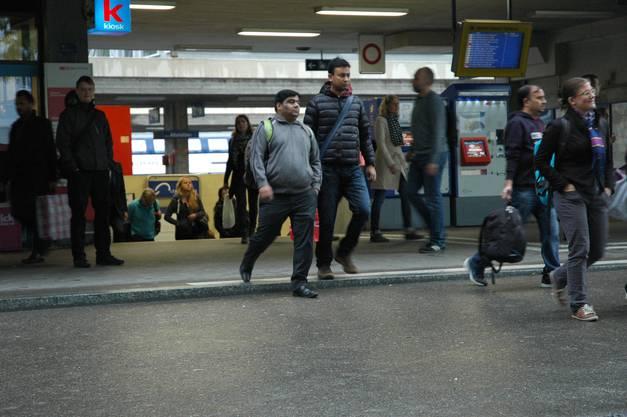 Aus dem Bahnhof Altstetten strömen die Pendler