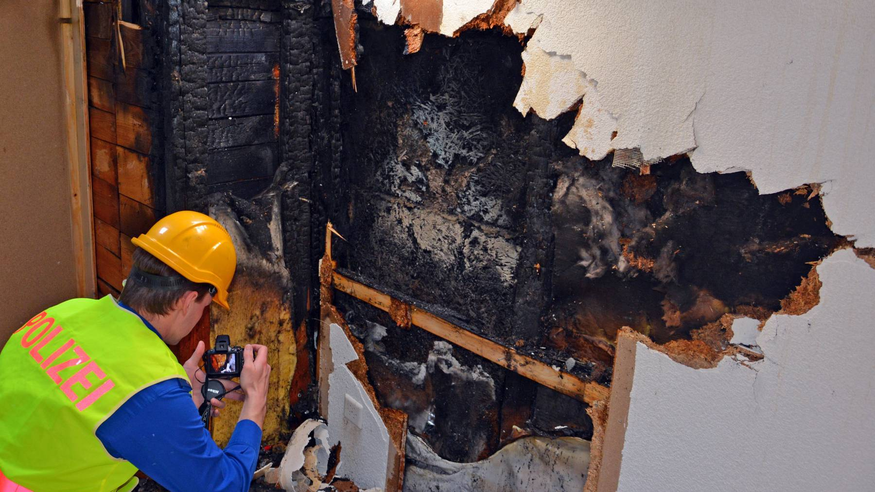 Der Brandermittlungsdienst hat die Arbeit am Brandobjekt bereits aufgenommen.