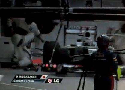 Hier fährt Sauber-Pilot Kamui Kobayashi drei Mechaniker über den Haufen
