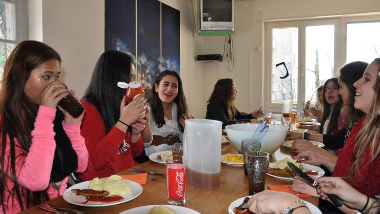 Die Jugendlichen treffen sich gerne beim Mittagstisch, auch wenn das Essen nicht immer so gut ist (Symbolbild).