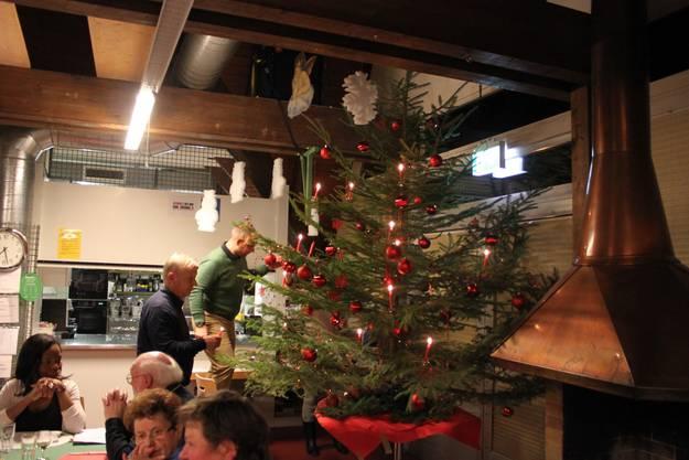 Die Lichter am Weihnachtsbaum werden entzündet