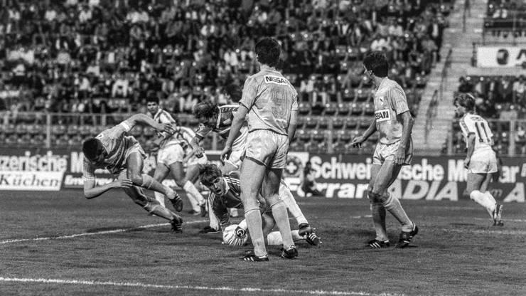 Andi Egli, links stürzend, im Derby gegen den FCZ. Auch Ciriaco Sforza ist auf dem Bild, er trägt die Nummer 9..