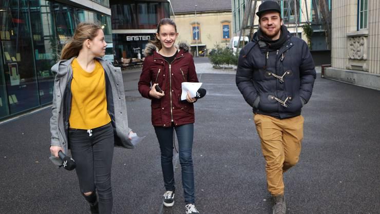 Unser Argovia Reporter Joel begleitet Yasmine und Noémie auf Umfrage. Hier können die beiden ihre Hartnäckigkeit und Einfühlungsvermögen beweisen.