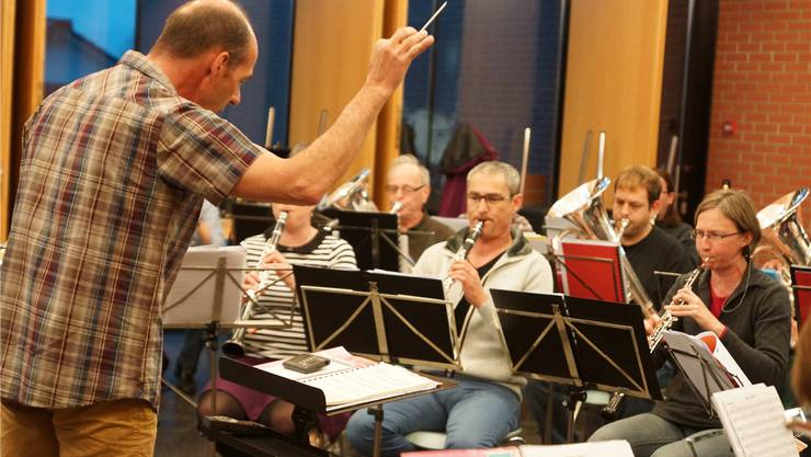 Viel Arbeit vor dem Frühlingskonzert: Dirigent Heinz Binder und die rund 40-köpfige Formation bei einer Probe.ubu