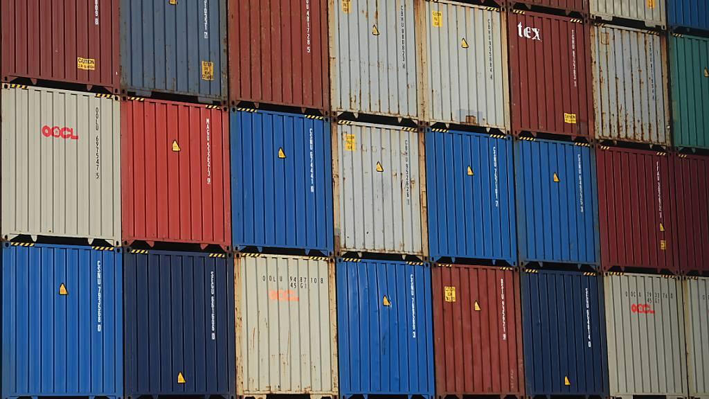 Weil Lastwagenfahrer fehlen, die die Container wegtransportieren, gibt es an britischen Häfen nun einen Container-Stau. (Symbolbild)