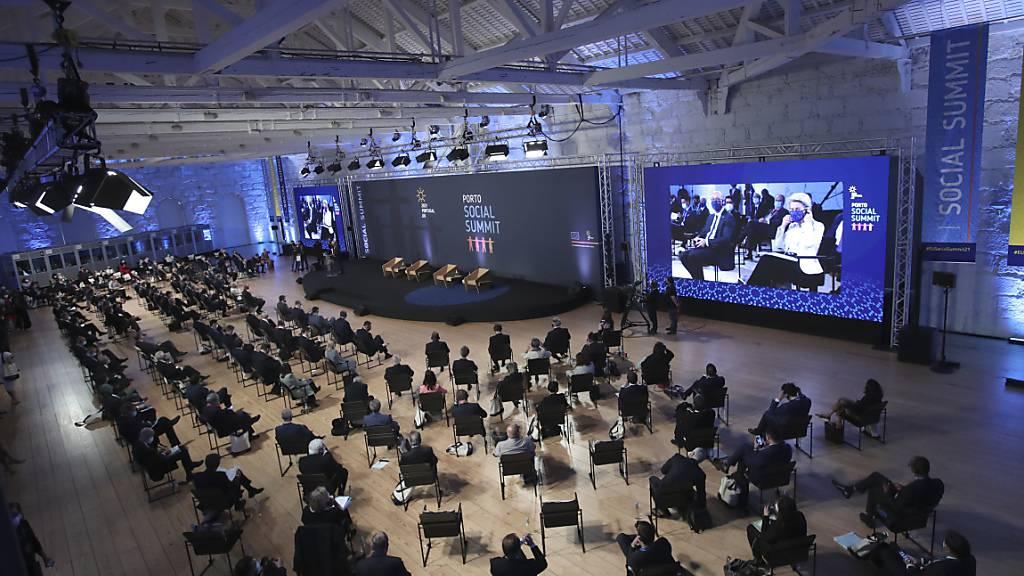 Regierungsmitglieder sitzen im Alfandega do Porto Congress Center bei der Eröffnungszeremonie des EU-Sozialgipfels. Foto: Luis Vieira/Pool AP/dpa