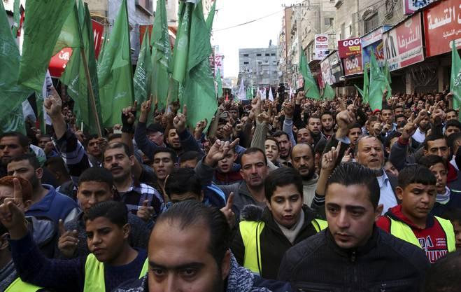 Hamas-Anhänger protestieren im Gazastreifen gegen US-Präsident Trump.