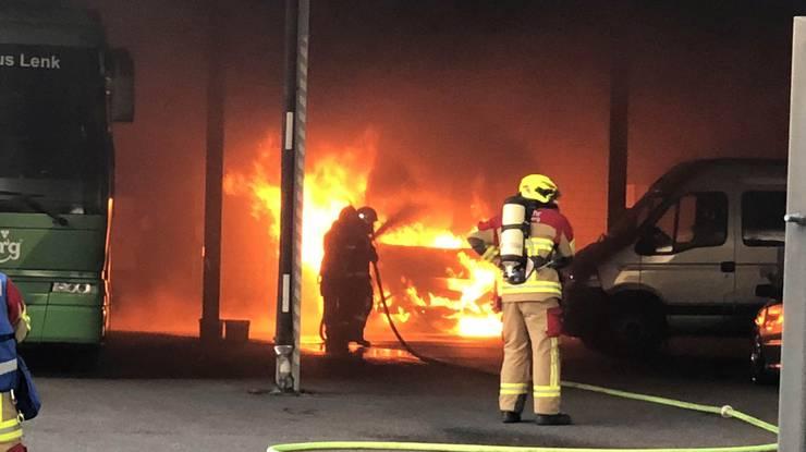 Der Bus brannte in Kürze lichterloh. Die Feuerwehr konnte das Feuer rasch löschen.