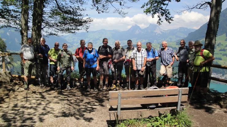 Im Hintergrund der Wandergruppe Schwyz mit den beiden Mythen.