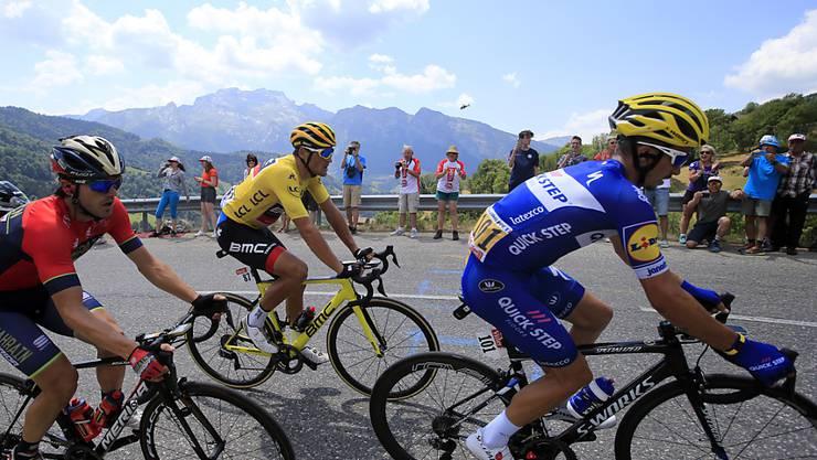 Greg van Avermaet (in gelb) verteidigt in der ersten Bergetappe das Leadertrikot. Der Tagessieg geht an den Franzosen Julian Alaphilippe (in blau)