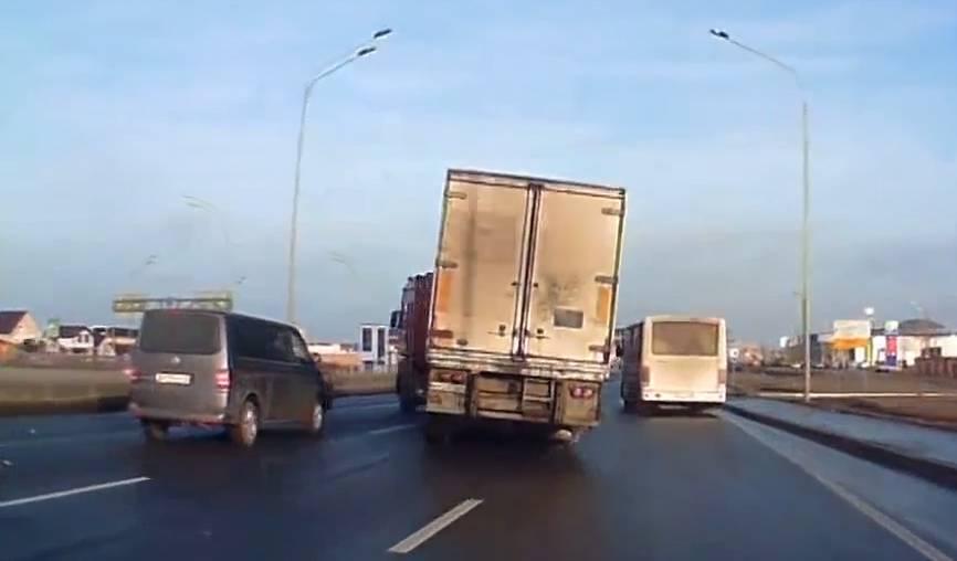 Wahnsinns-Manöver! Dieser LKW-Fahrer ist ein (Überlebens-)Künstler