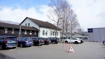 Anschliessend an die Hallen im Hintergrund baut Fraisa AG eine Hallesowie ein Büroanbau.