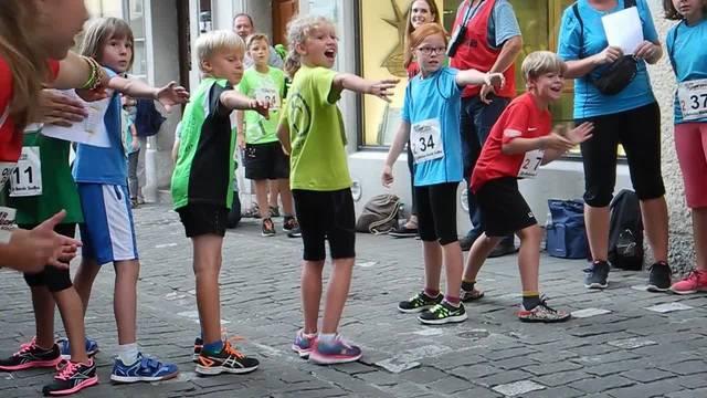 Ein Einblick ins «Quer durch Solothurn» 2016 – die Kleinen rennen durch Solothurns Altstadt