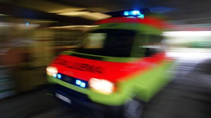 Eine Ambulanz bringt die Schwerverletzte ins Spital. (Symbolbild)