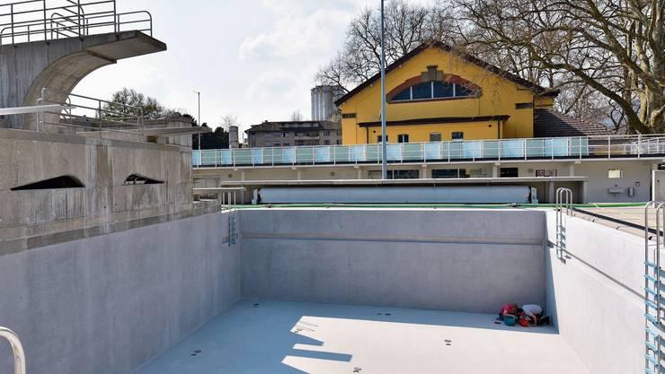 Das Sprungturmbecken wird eine Edelstahlverkleidung erhalten.