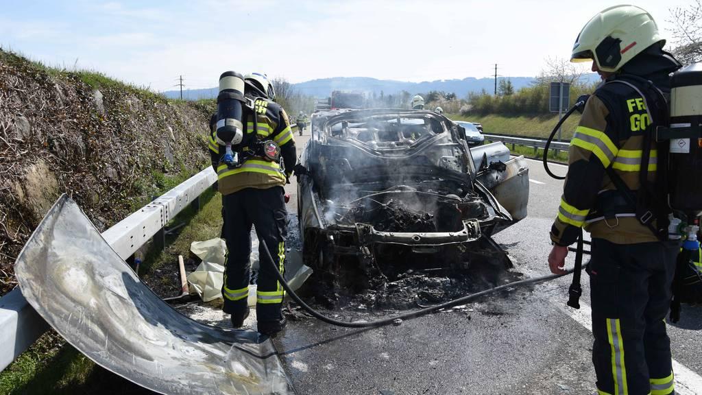 Auto ausgebrannt: Mutter und Kind können sich retten