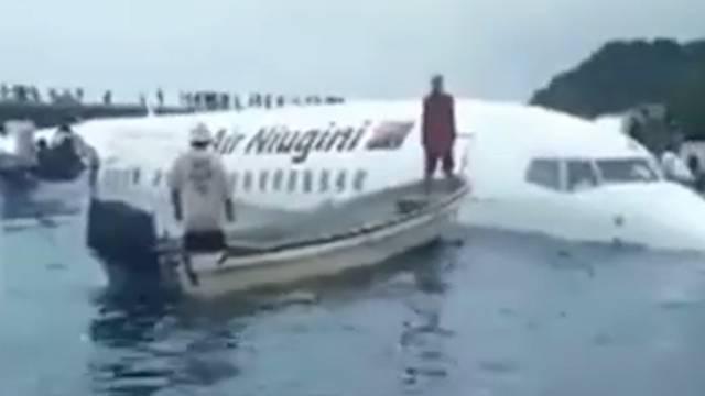 Flugzeug verpasst Landepiste und landet in Lagune