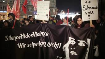 Frauen protestierten am Dienstag vor dem Kölner Dom gegen Sexismus.