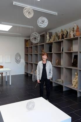 Ursula Rutishauser vor ihrem Mobile 'chanching spheres' im Eduard Spörri Museum Wettingen (Bild ub) 2