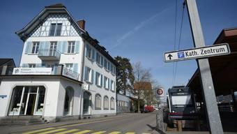 Das Gebäude beim Bahnhofplatz 1 soll abgebrochen werden, damit auf freiwerdenden Fläche ein Park für die Bevölkerung entstehen kann. (Archivbild)