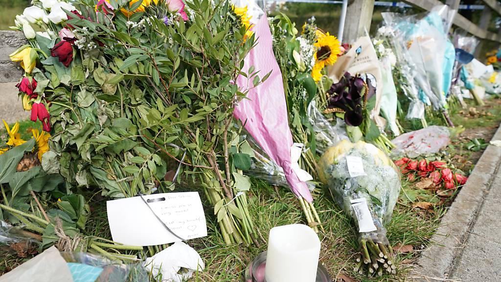 Blumensträuße im Cator Park in Südlondon in der Nähe des Tatorts, an dem die Leiche einer jungen Frau gefunden wurde. Foto: Ian West/PA Wire/dpa