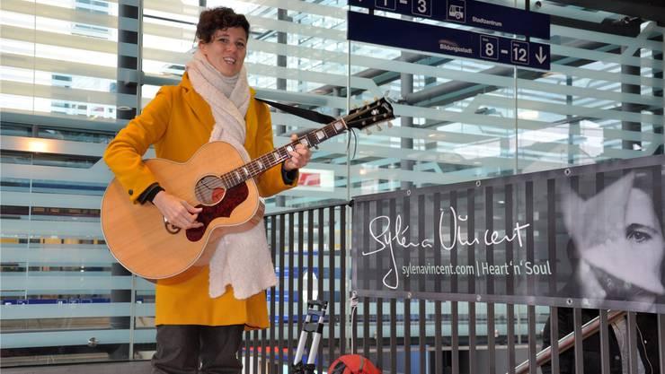 Syléna Vincent brachte ihre Gitarre mit.