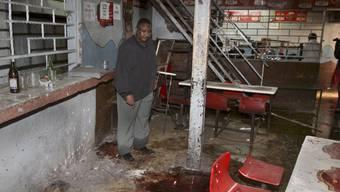 Der Nachtclubbesitzer in Nairobi zeigt auf die Blutspuren nach dem Anschlag auf sein Lokal