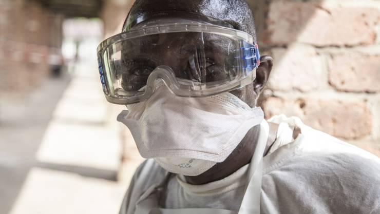 Ein Mann mit einer Atemschutzmaske vor einer Isolationszelle in einem Spital in Bikoro. Der Kongo hat inzwischen 17 Fälle des gefährlichen Ebola-Virus bestätigt. (Archiv)
