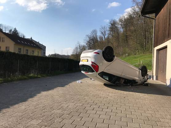 Effretikon ZH, 17. April: Eine 33-jährige Autofahrerin ist am Mittwochnachmittag bei einem Selbstunfall mittelschwer verletzt worden. Die Kantonspolizei Zürich sucht nach Zeugen.