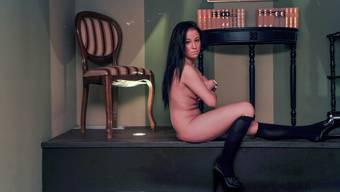 Claudia arbeitet im «History»-Club in Liestal. Hier posiert sie im Wagner-Zimmer.
