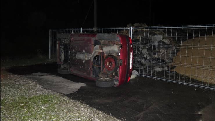 In der Nacht auf Sonntag wurde auf einem Firmenareal an der Delsbergerstrasse in Laufen durch unbekannte Täter ein Personenwagen zur Seite gekippt.