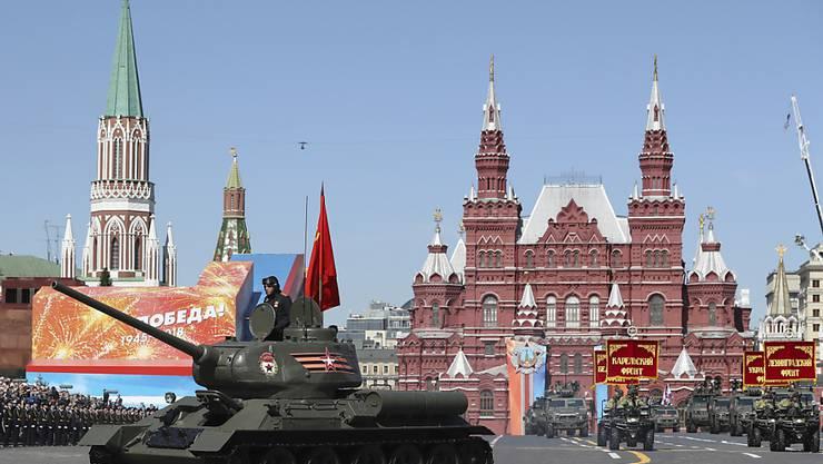 Russland Armee fuhr nicht nur ihr neuestes Material auf: Auch historische Panzer aus dem Zweiten Weltkrieg waren Teil der Parade auf dem Roten Platz.