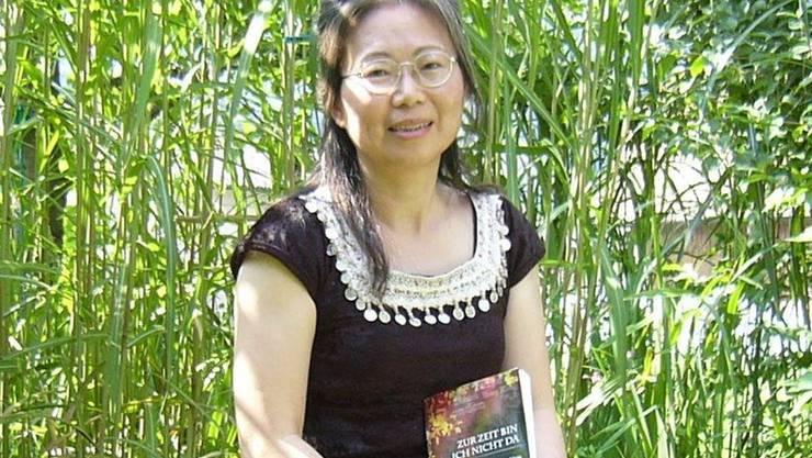 Die Balsthalerin Minju Fluri-Yen mit ihrem neusten Roman, in dem über ein taiwanisches Frauenschicksal erzählt wird.
