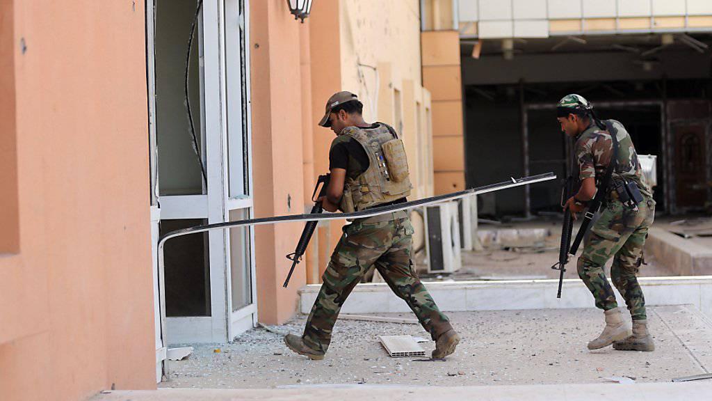 Die irakische Armee bei der Zurückeroberung Falludschas. Flüchtlinge aus der einstigen IS-Stadt werden nach Verbindungen zur Terrormiliz überprüft. (Archivbild)