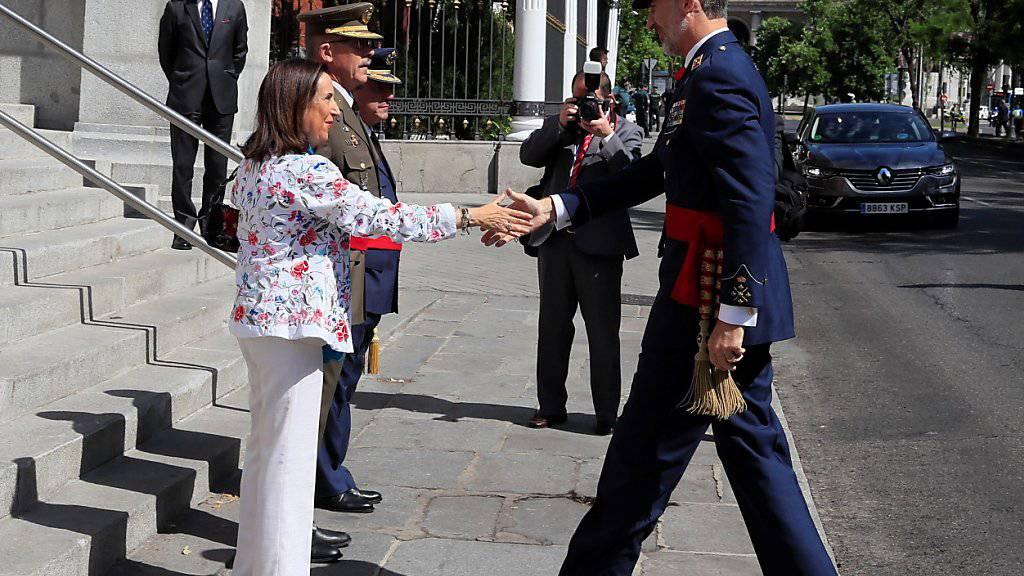 Die spanische Verteidigungsministerin Margarita Robles (hier mit König Felipe VI) bezeichnet das Vorgehen des italienischen Innenministers Matteo Salvini in dem Gerangel um die Flüchtlinge auf dem Rettungsschiff «Open Arms» als «Schande für die gesamte Menschheit». (Foto: Fernando Alvarado/EPA)