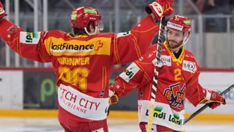 Jason Fuchs (rechts) und Damien Brunner feiern den Treffer zum 5:0