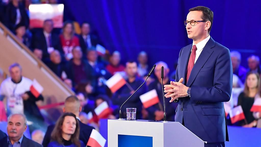 Darf laut Umfragen am Sonntag in Polen bei der Parlamentswahl auf einen weiteren Sieg hoffen: Premierminister Mateusz Morawiecki von der nationalkonservativen Partei Recht und Gerechtigkeit (PiS). (Archivbild)