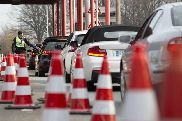 Rigorose Kontrollen an der Grenze. Tausende Menschen werden zurückgewiesen.