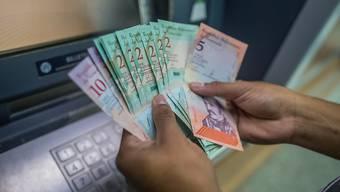 Venezuela hat am Montag eine Währungsreform durchgeführt und dabei fünf Nullen auf seinen Geldscheinen gestrichen.